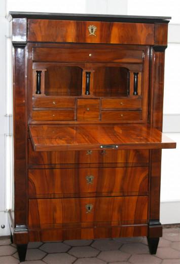 Nussbaum - Schreibschrank um 1830